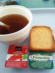 Maison de convalescence mai-juin 2012. Les heures sont longues et lentes : je prends en photo le petit-déjeuner. Je ne supporte plus les biscottes et les bols en plastique.