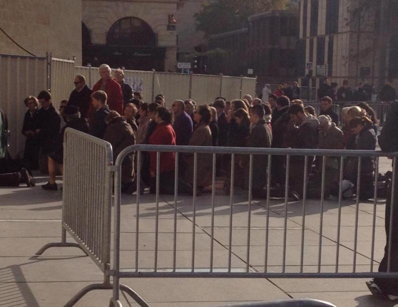place Pey-Berland ce samedi 16 novembre 2013 ils prient contre l'avortement.